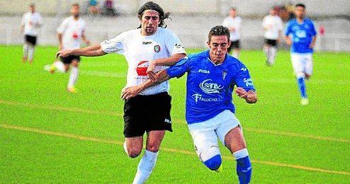 El gerenense Iván presiona a un rival del San Fernando.