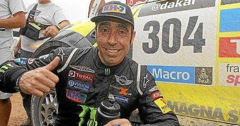 Nani Roma, posa sonriente tras imponerse en la pasada edición del Dakar.