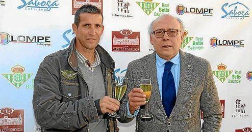 Juan Carlos Ollero brinda junto a Juan Merino antes del almuerzo de Navidad del Betis.