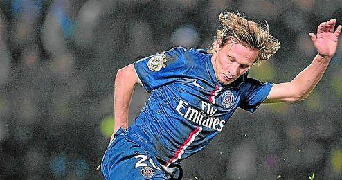 Chantôme trata de sortear la entrada de Ndaw Guirane, en un encuentro de la Ligue 1 entre el PSG y el Metz.
