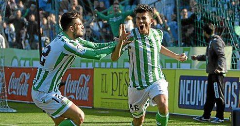 Dani Ceballos celebra el gol junto a Piccini.
