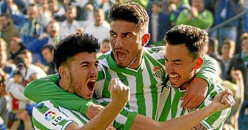 Ceballos, Piccini y Rennella celebran el 1-0 obra del utrerano.