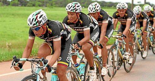El Team Colombia rodando en formación.