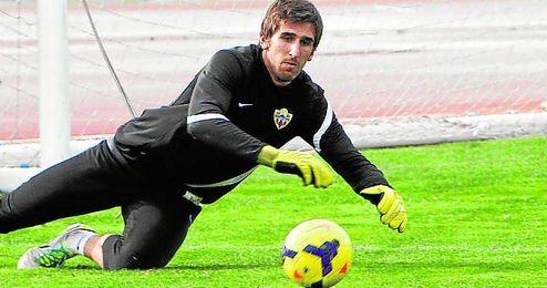Julián Cuesta busca con trabajo diario aprovechar la lesión del almeriense Rubén y asentarse como portero de Primera.