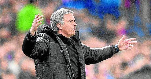 """Mourinho destaca que, mientras """"los alemanes y los españoles están de vacaciones"""", en Inglaterra se juega."""