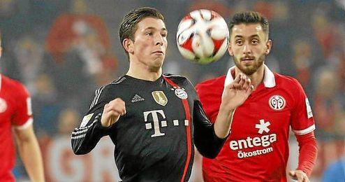 Højbjerg controla en balón en un partido ante el Mainz 05.