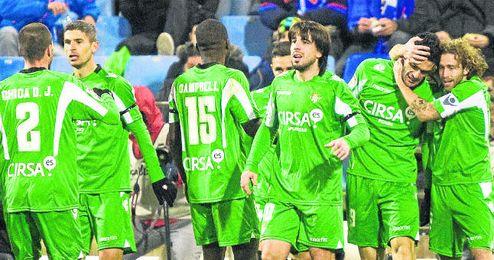 En la imagen, los futbolistas verdiblancos celebran uno de los dos goles que dieron la victoria al equipo ante el Zaragoza en el primer duelo del año 2013.