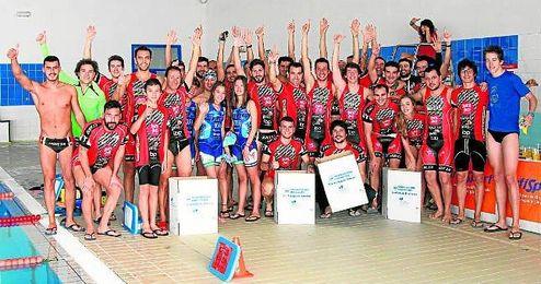 Imagen de algunos de los participantes, la mayoría miembros del club organizador Isbilya-Sloppy Joe´s, momentos antes de empezar la prueba natatoria a las 10 horas.