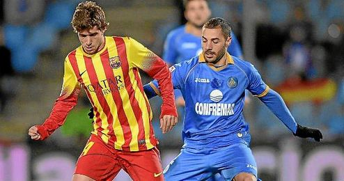 Sergi Roberto, presionado por Lacen en el Getafe-Barça.