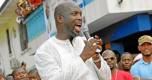 George Weah se dirige a la población de Monrovia durante la campaña de elecciones al Senado.