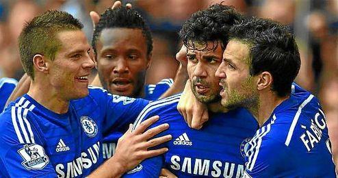 Azpilicueta celebra junto a Diego Costa y Cesc un gol con el Chelsea.