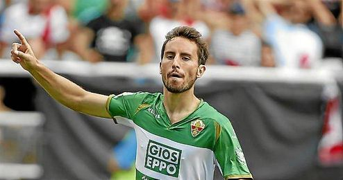 Mosquera celebra un gol con el Elche.