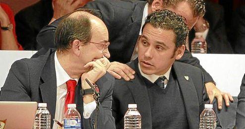 José Castro conversa con Del Nido Carrasco en la junta.
