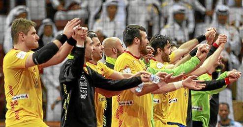 Aginagalde, primero por la izquierda, celebra junto sus compañeros el triunfo ante Qatar.