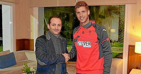 Rubén Pérez, junto con el gerente del Granada, David Navarro.