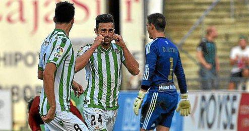Rubén Castro celebra un gol ante el Recreativo.