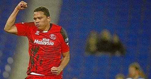 Bacca hizo el gol del Sevilla, que le mantiene con vida para la vuelta.