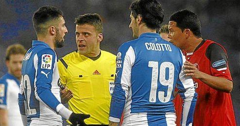 Bacca conversa con Gil Manzano y dos jugadores del Espanyol.