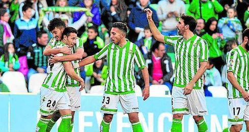 Ceballos agradece a Rubén la asistencia en el 1-0 ante el Sabadell.