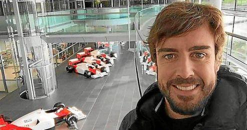 Alonso, en una foto que tuiteó en la factoría de Woking.