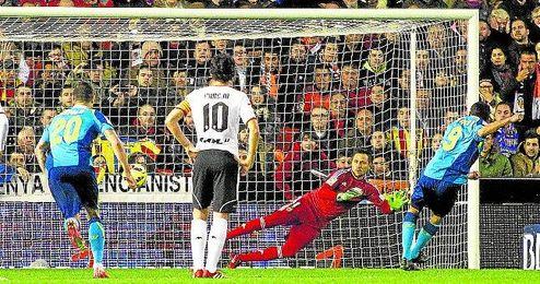 Bacca engañó a Diego Alves en el primer lanzamiento, pero en el segundo fue el meta el que le llevó a su terreno.