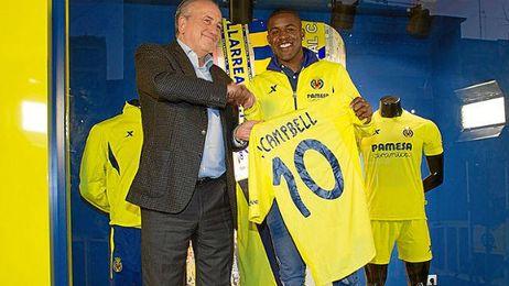 Campbell junto con el presidente del club, Fernando Roig