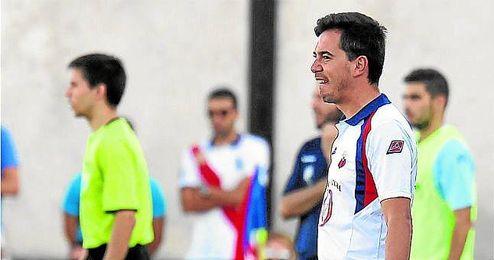 Marco Fernández observa a sus jugadores.