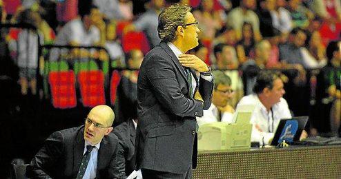 El técnico manchego sigue con atención el partido.