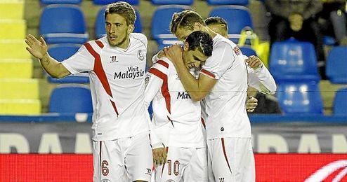 Carriço, Krychowiak y Diogo felicitan a Reyes por su gol.