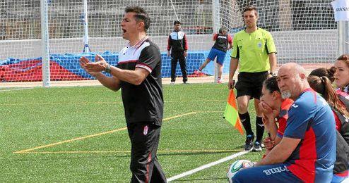 El Granada de Roberto Valverde visita el domingo Los Bermejales, donde se juega parte de sus opciones de ascenso.