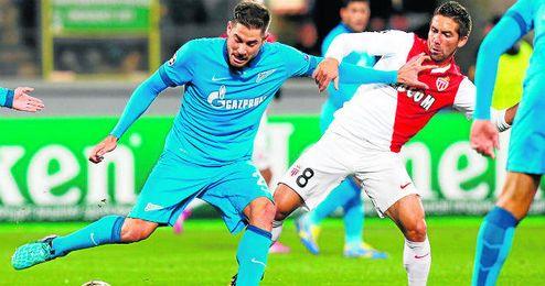 Javi García pugna por un balón con Joao Moutinho.