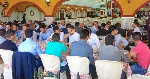 La plantilla está almorzando en la típica comida de Feria.