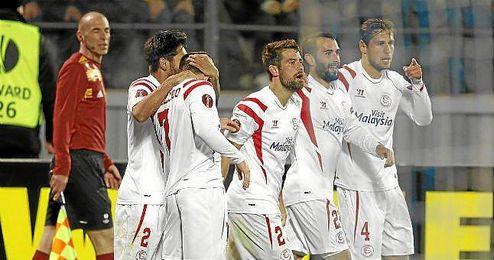 Los jugadores del Sevilla celebran el gol de Gameiro que dio el pase a semifinales.