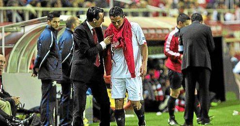 Emery habla con Bacca tras ser sustituido en el partido ante el Granada.