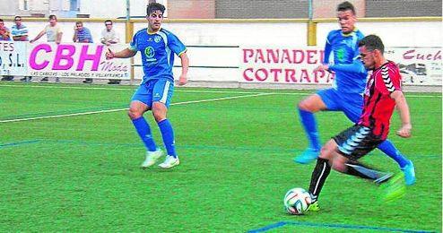 Marco Navas se dispone a golpear un balón en un Cabecense-Alcalá del pasado curso.