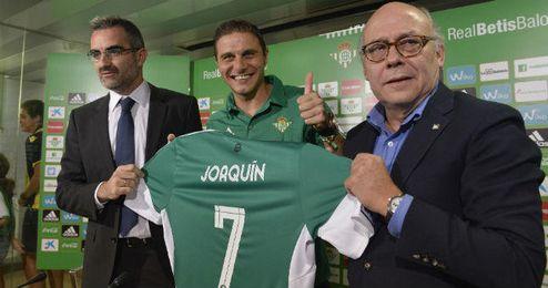 Joaquín, junto a Macià y Ollero en su presentación.