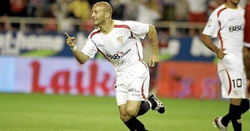 Chevantón celebra un gol con el Sevilla.