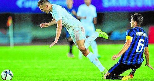 Andreolli, uno de los capitales del Inter de Milán, pugna con Denis Cheryshev en algunos de los pocos partidos que ha jugado en su segunda etapa como futbolista ´neroazurro´.