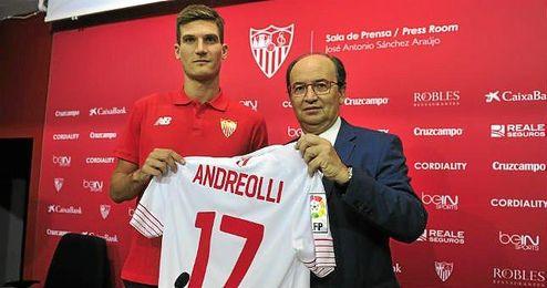 Andreolli posa con la camiseta del Sevilla junto a José Castro.