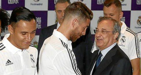 En la imagen, Keylor Navas, Florentino P�rez y Sergio Ramos.