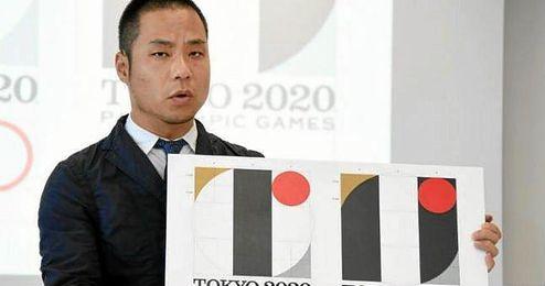 Kenjiro Sano en la presentaci�n de su pol�mico logo.