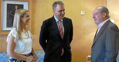 El presidente de la Diputación de Sevilla, Fernando Rodríguez Villalobos, junto a Fernando Moral y Ana Isabel Jiménez.