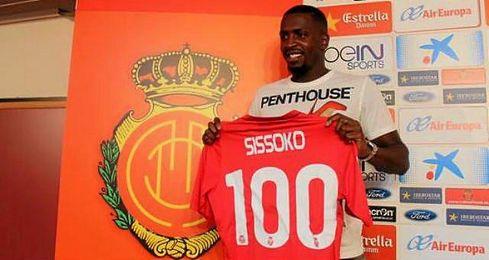 Sissoko posando con la camiseta del Mallorca durante su puesta de largo.