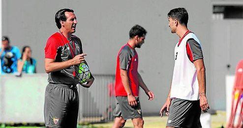 Unai Emery da órdenes a Juan Muñoz durante un entrenamiento.