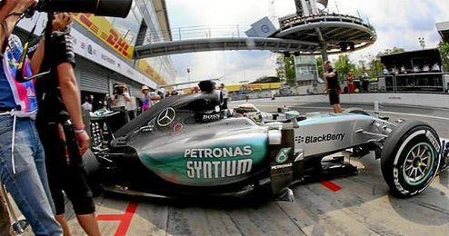 Hamilton saliendo a rodar sobre el circuito de Monza.