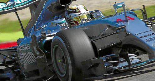 Hamilton, rodando sobre el circuito de Monza.
