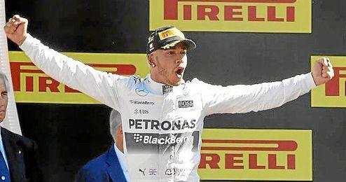 Hamilton celebra su triunfo en el podio de Monza.
