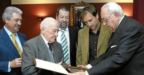 Alfonso Pérez, en un homenaje por parte de un grupo de béticos.