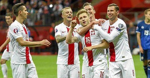 Krychowiak y sus compañeros celebra el gol de Blaszczykowski.