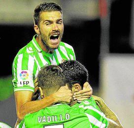 En la imagen, los verdiblancos celebran uno de los tres goles béticos ante el Valencia en la 13/14.
